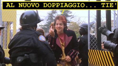 Bambino del film Classe 1999 che fa il gesto del dito medio. La vignetta legge: al nuovo doppiaggio... tiè!