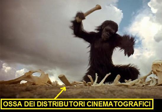 Scimmia che rompe le ossa, scena dal film 2001 odissea nello spazio. Vignetta indica le ossa frantumate dicendo: ossa dei distributori cinematografici