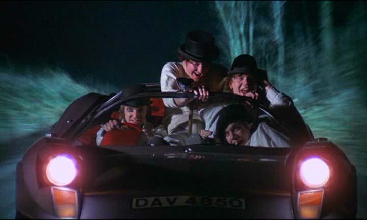 Scena dal film Arancia Meccanica, i drughi sull'auto da corsa Durango 95