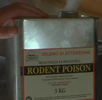 Tanica di veleno per topi con insegne tradotte male