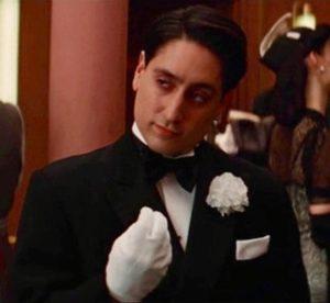 Scena degli italiani, dal film Bastardi senza gloria di Tarantino. Dominic DeCocco fa il gesto del che vuoi per imitare gli italiani