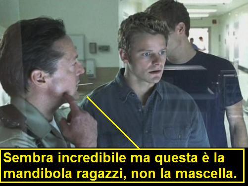 Scena del film Radio Killer in cui il poliziotto indica la mandibola ma nel doppiaggio italiano parla di mascelle