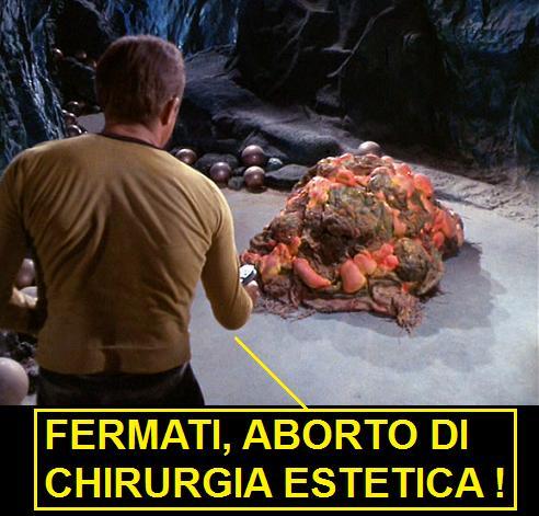 Capitano Kirk di Star Trek che punta il phaser su Horta un mostro di silicio, chiamato silicone nel doppiaggio italiano. La vignetta legge: fermati, aborto di chirurgia estetica!