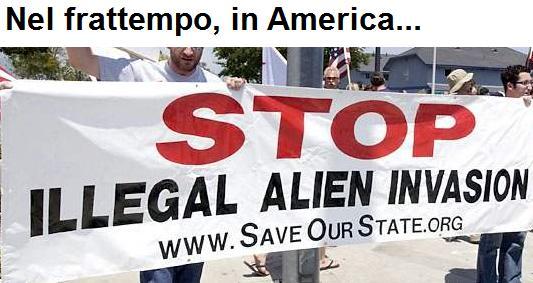 Cartellone che chiede lo stop all'invasione degli immigrati definiti con la parola alien