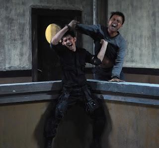 Scena dal film The Raid, due indonesiani con facce urlanti mentre si picchiano