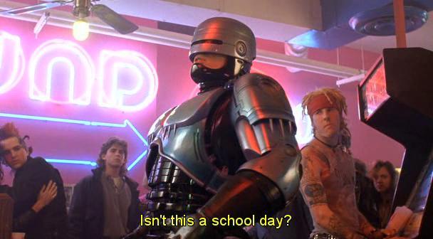 Robocop che chiede Non dovreste essere a scuola?