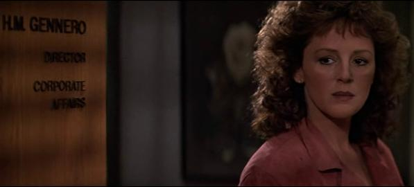 Il personaggio di Holly Gennaro in piedi davanti alla porta che riporta l'insegna Gennero