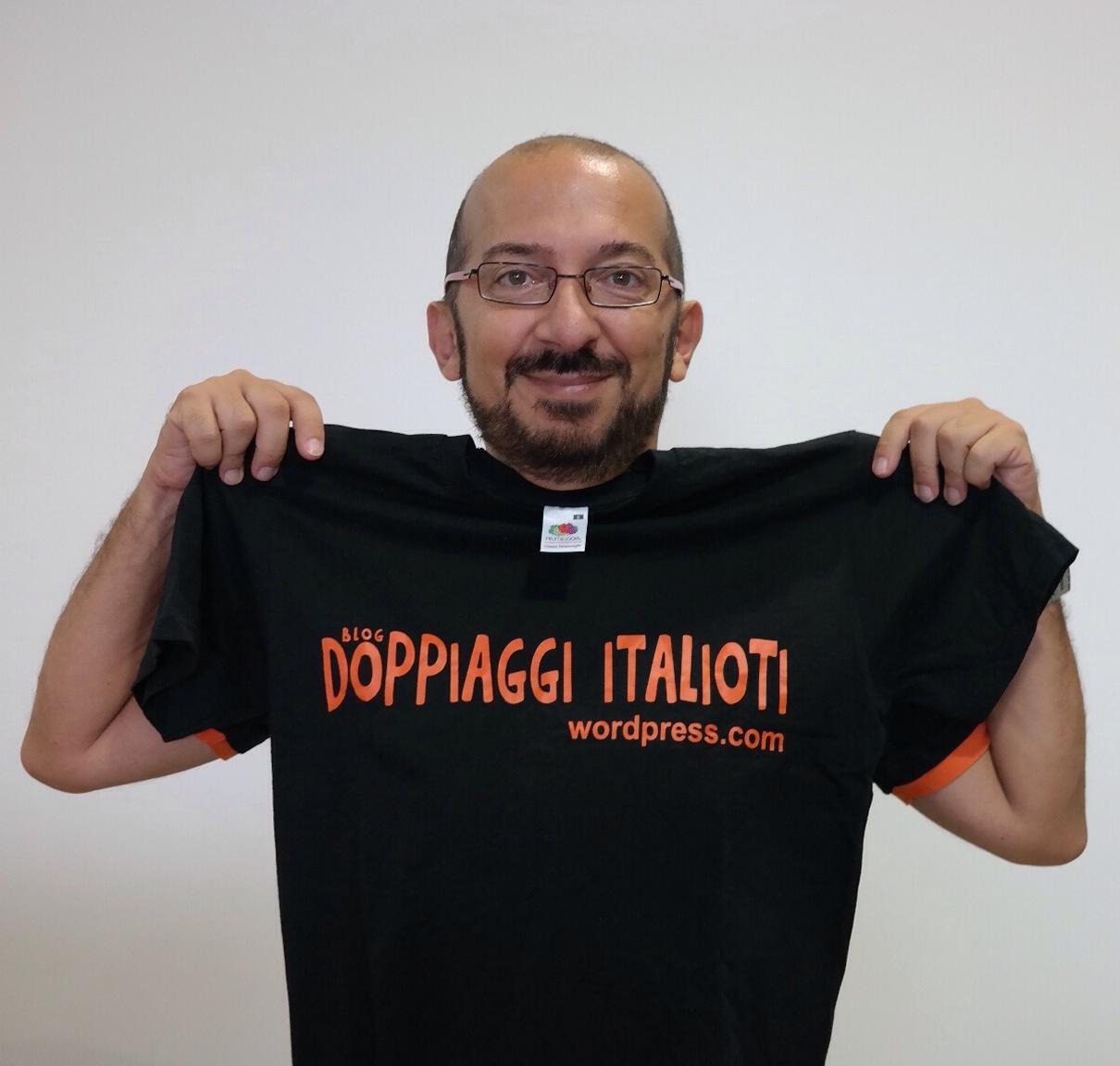 Il doppiatore Fabrizio Mazzotta che espone la maglietta del blog Doppiaggi Italioti, foto scattata al Romics