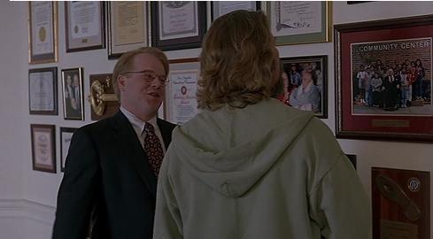 Scena dal film Il grande Lebowski, Philip Seymour Hoffman parla con Jeff Bridges