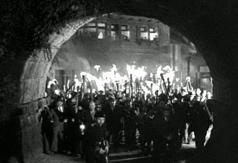 immagine dal film Frankenstein (1931) con la folla di cittadini pronti a linciare il mostro