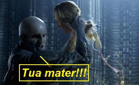 Scena da Prometheus, ingegnere alieno che stacca la testa a David esclamando tua mater nella vignetta
