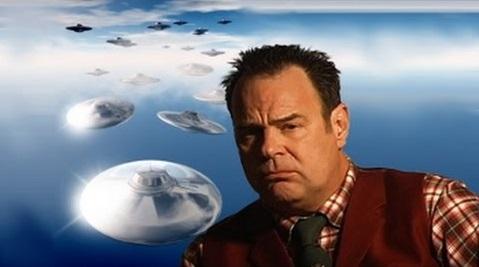 Foto recente di Dan Aykroyd con dei dischi volanti alieni di sfondo