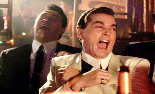 Scena dal film Quei bravi ragazzi dove il protagonista Ray Liotta ride in maniera esageratamente finta