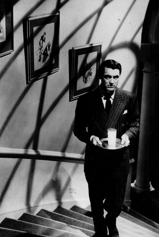 Cary Grant nel film Il sospetto, famosa scena del bicchiere di latte