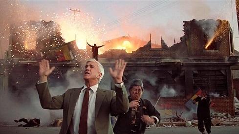 Scena di Una pallottola spuntata quando Leslie Nielsen dice che non c'è niente da vedere mentre dietro di lui esplode tutto