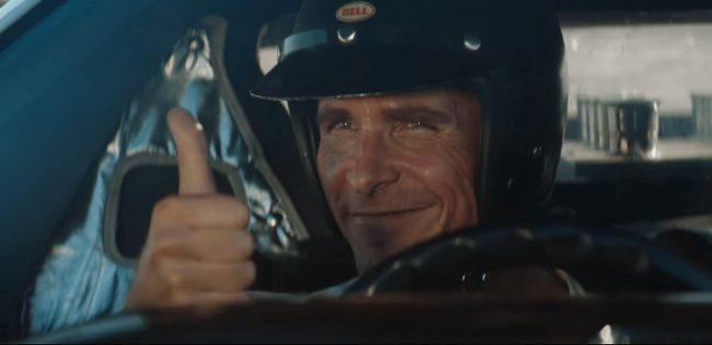 Christian Bale che fa il segno dell'OK nel film Le Mans '66 - La grande sfida