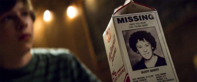 foto del bambino scomparso sul cartone del latte, scena dal film doppiato in italiano Summer of ''84