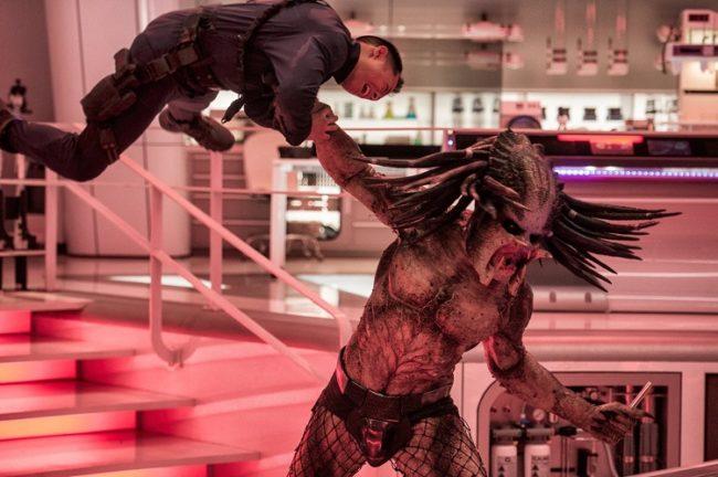 Il predator combatte, una scena del film The Predator (2018)