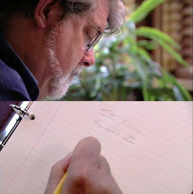 George Lucas che scrive la sceneggiatura di Star Wars Episodio II L'attacco dei cloni su un quaderno