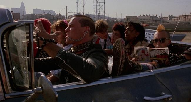 I ragazzi punk in una scena dal film Il ritorno dei morti viventi 1985