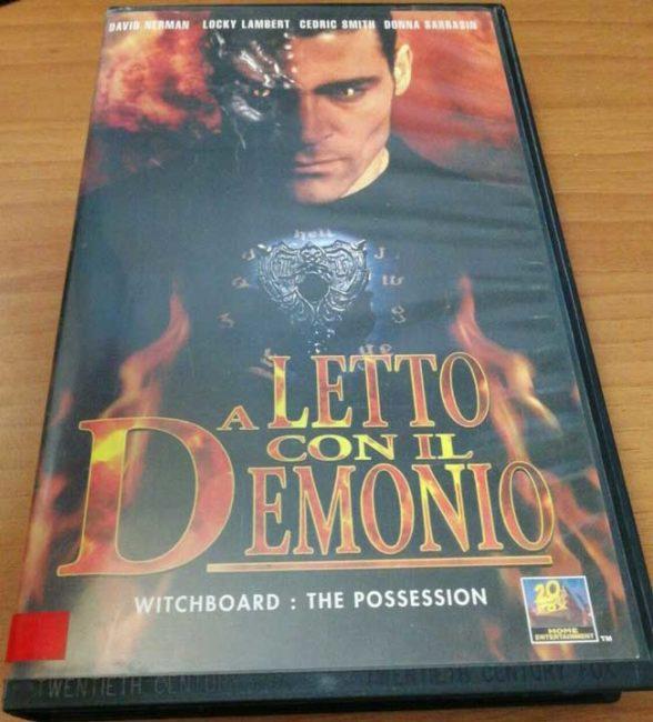 VHS di A letto con il diavolo, titolo italiano di Witchboard 3 del 1995 e seguito di Spiritika