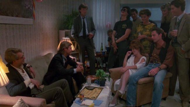 seduta spiritica intorno alla tavola ouija, una scena del film Spiritika