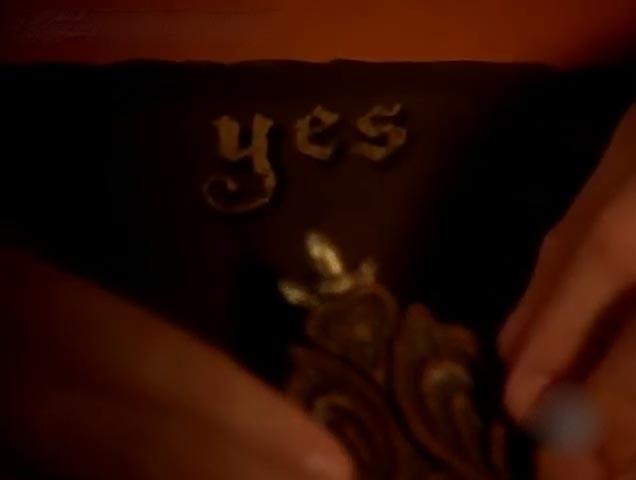 tavola ouija con la planchette che indica il sì, dal film a letto con il demonio