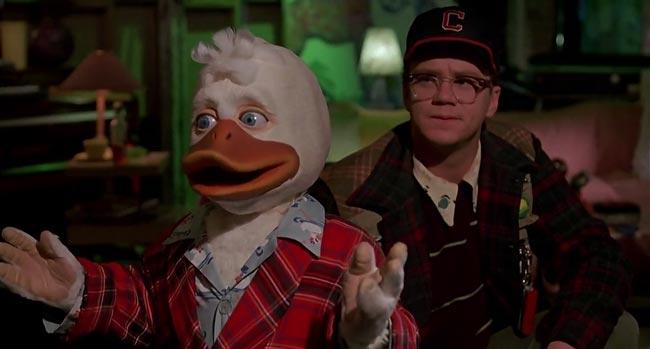 Scena da Howard e il destino del mondo, lo scienziato Phil indossa un cappello dei Cleveland Indians
