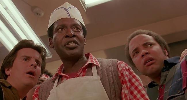 Cuoco nero nel ristorante del film Howard e il destino del mondo