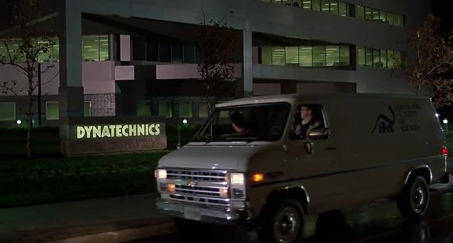 Scena dal film Howard e il destino del mondo, ingresso alla Dynatechnics