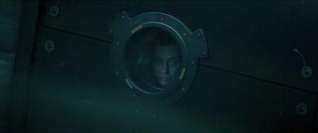 Scena dal film Estraneo a bordo, 2021 su Netflix. Protagonista che guarda da un oblò