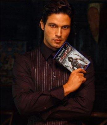 Gabriel Garko che tiene in mano il videogioco Prince of persia di cui è doppiatore