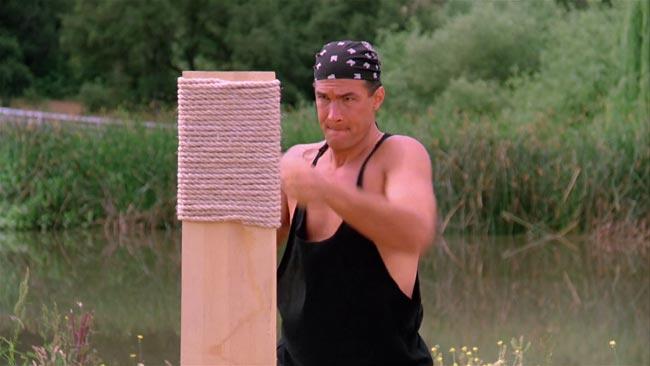 Steven Seagal in Duro da uccidere dove si allena tirando pugni