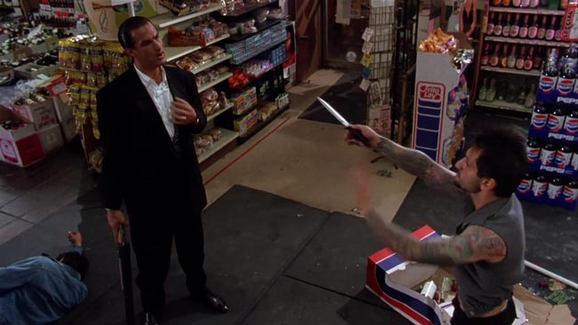 Steven Seagal in Duro da Uccidere, rapina nel drugstore