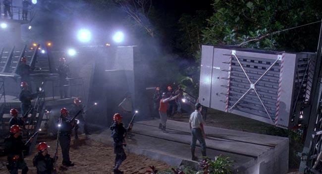 scena di inizio di Jurassic Park, gabbia del raptor che viene caricata, nel doppiaggio italiano è chiamato alaggio